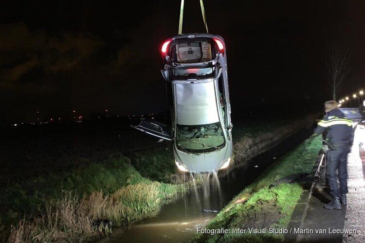 Auto op zijn kop te water