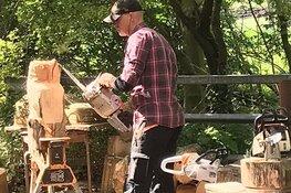 Houtkunstenaar in rundveemuseum op zondag 16 augustus