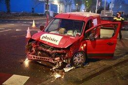 Bestelbus tegen vrachtwagen gereden in Opmeer